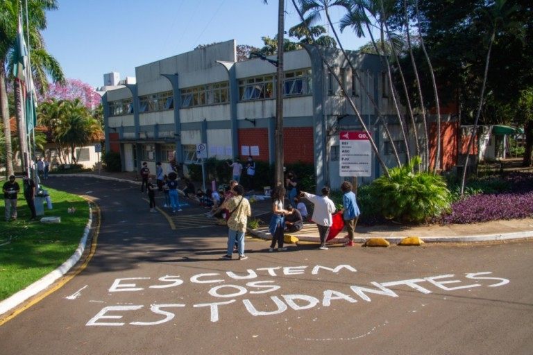 Grupo de professores e alunos da UEM se mobilizam contra o ensino remoto