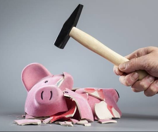 Com crescimento do desemprego, brasileiros tiram dinheiro da poupança para despesas