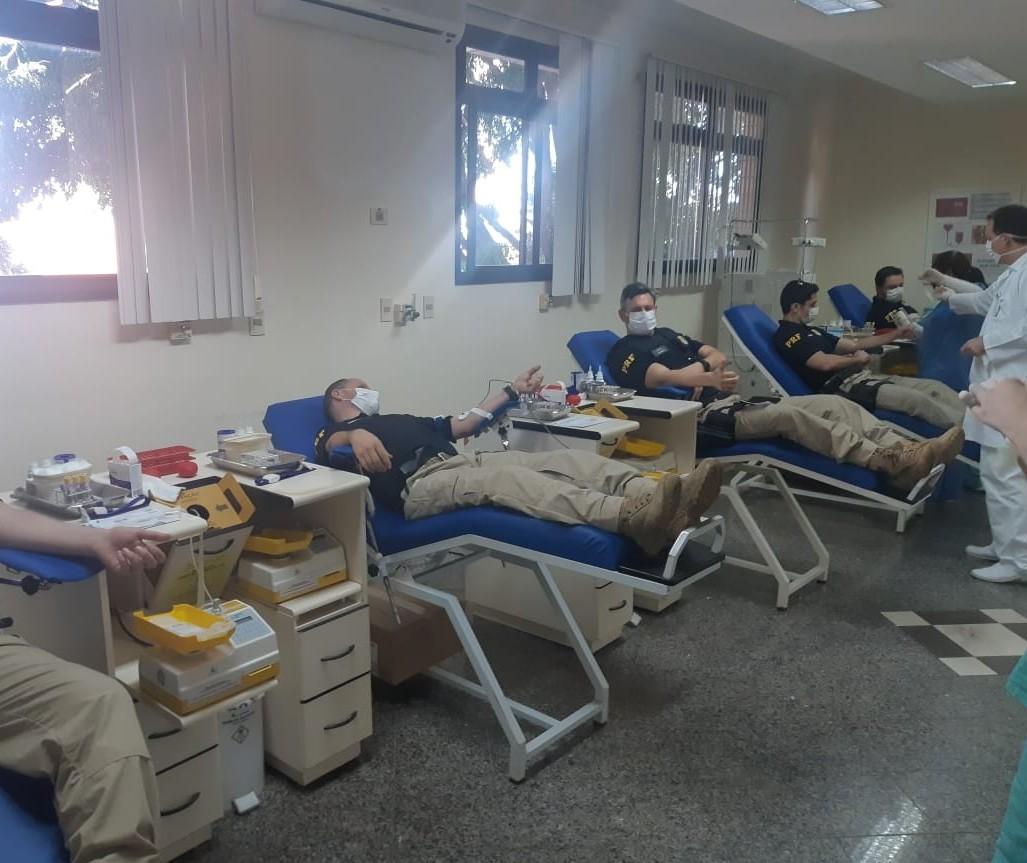 Agentes da PRF doam sangue para suprir estoques de hemocentros