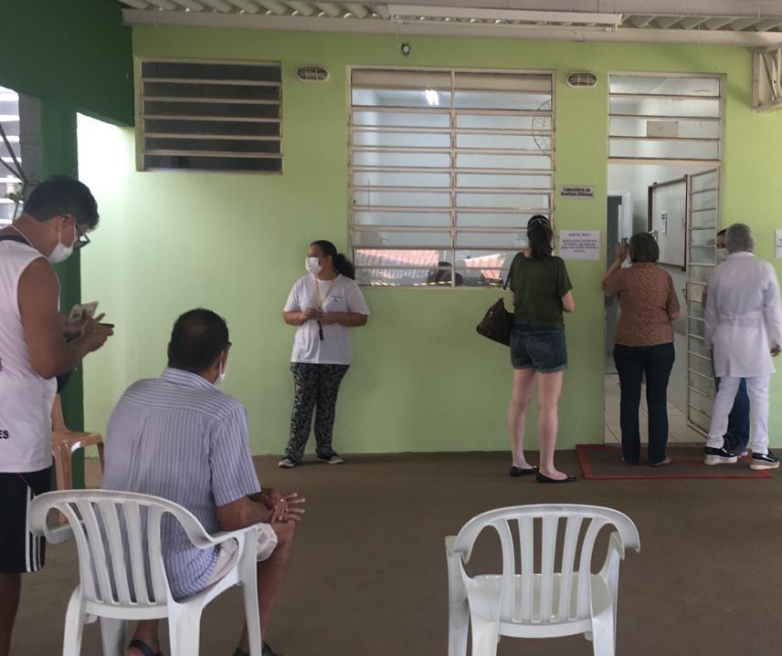 Idosos com 76 anos ou mais estão sendo vacinados neste sábado (20) em Maringá