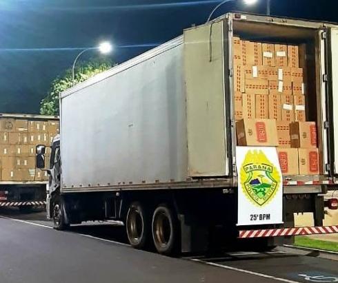 Polícia apreende caminhões frigoríficos lotados de caixas de cigarros