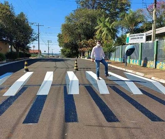 Faixa de pedestres em 3D chama a atenção em rua de cidade da região