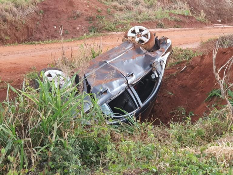 Condutora perde controle da direção e capota carro na PR-323
