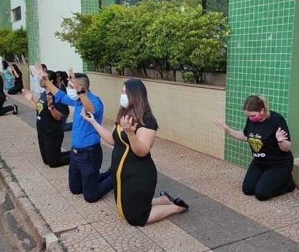 Grupo se ajoelha em frente a hospitais de Maringá e região para rezar por pacientes