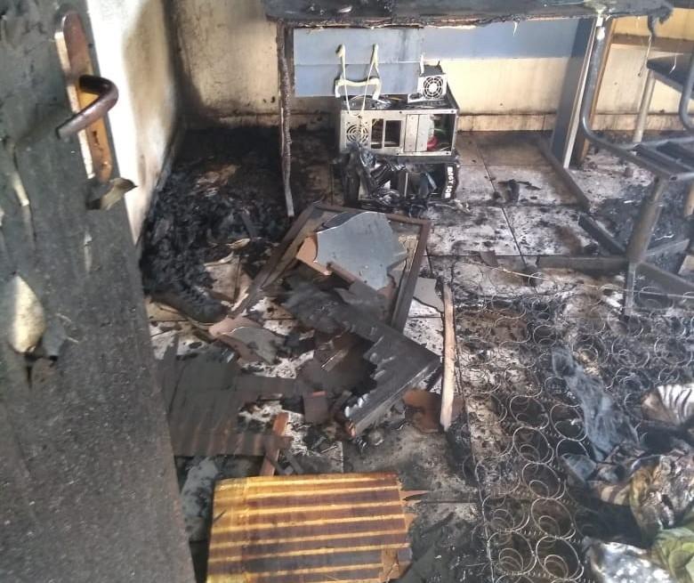 Incêndio em residência deixa jovem gravemente ferido