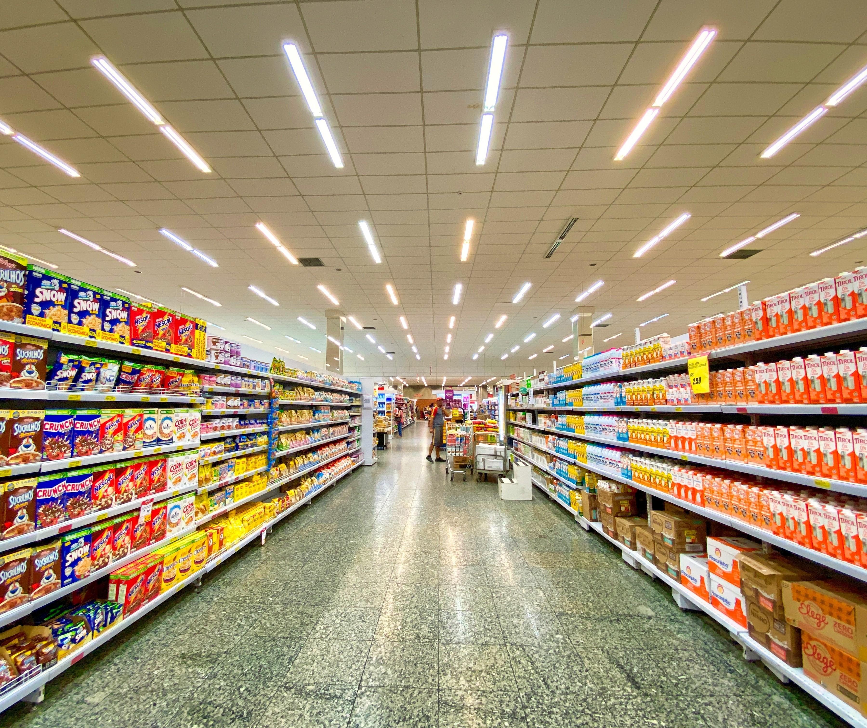 Em isolamento, brasileiro vai menos ao mercado e compra o básico, mostra estudo
