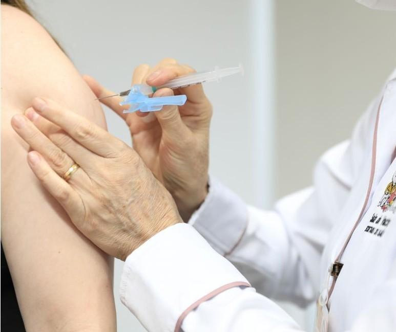 Maringá deve vacinar faixa etária de 18 anos até segunda-feira (13)
