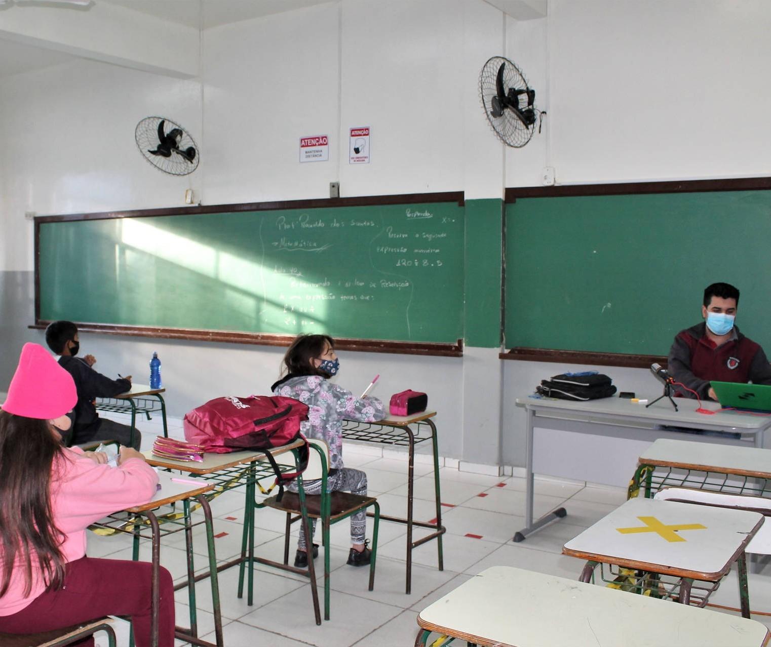 Redução da distância entre alunos aumenta cuidados na escola