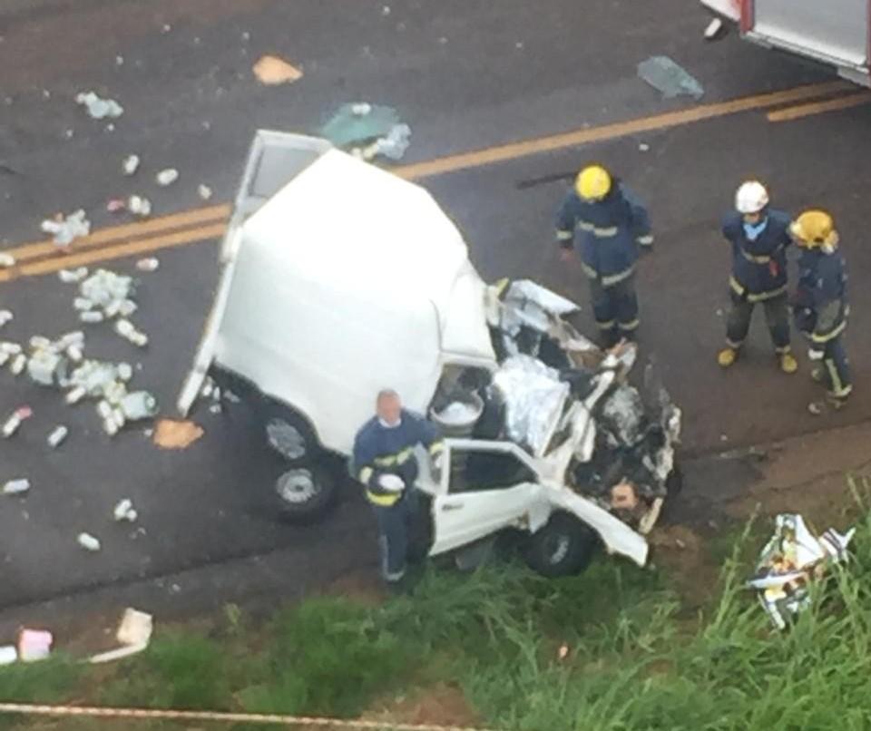 Colisão entre carro e caminhão mata ao menos uma pessoa