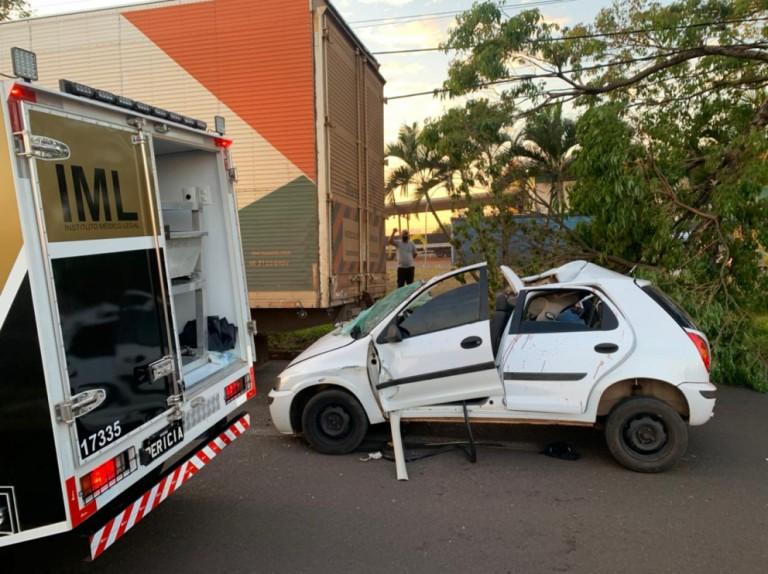 Carro bate em caminhão estacionado e uma pessoa morre