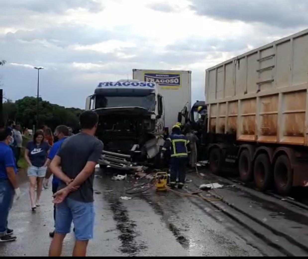 PRE, bombeiros e Samu aéreo atendem acidente entre dois caminhões