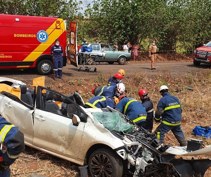 Carro capota e motorista fica gravemente ferido em Maringá
