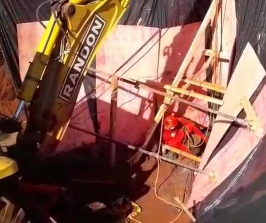 Bombeiros estão há 4 dias tentando resgatar cadáver em poço de Campo Mourão; VÍDEO