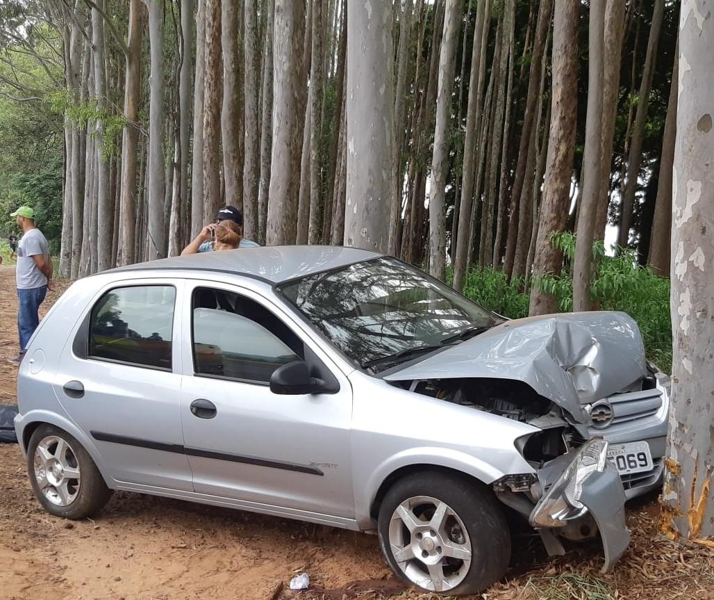 Motorista cochila ao volante e bate carro contra árvore