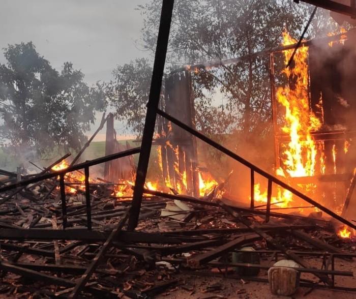 Bombeiros combatem incêndio em barracão