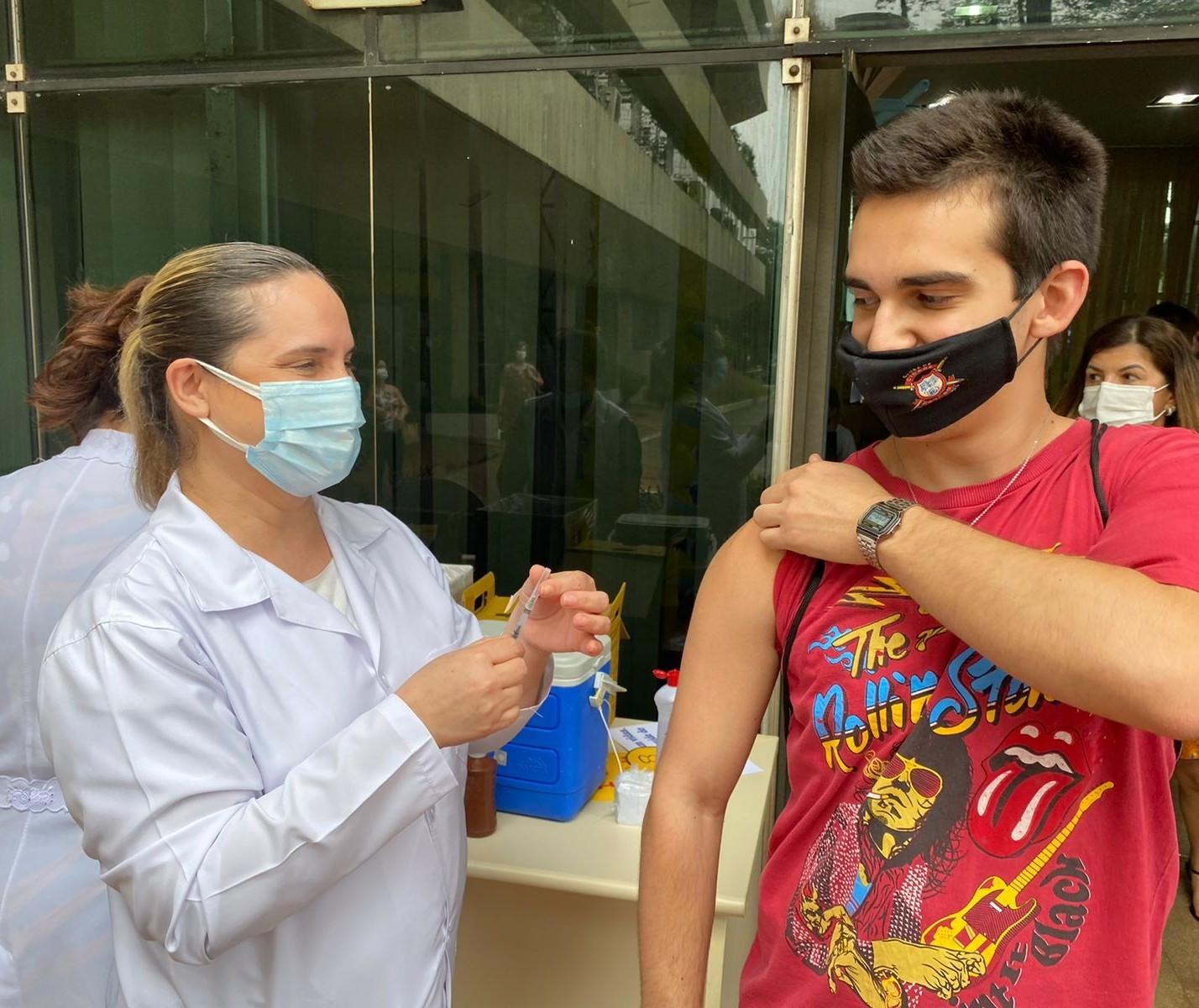 Maringá inicia vacinação de jovens com 17 anos ou mais