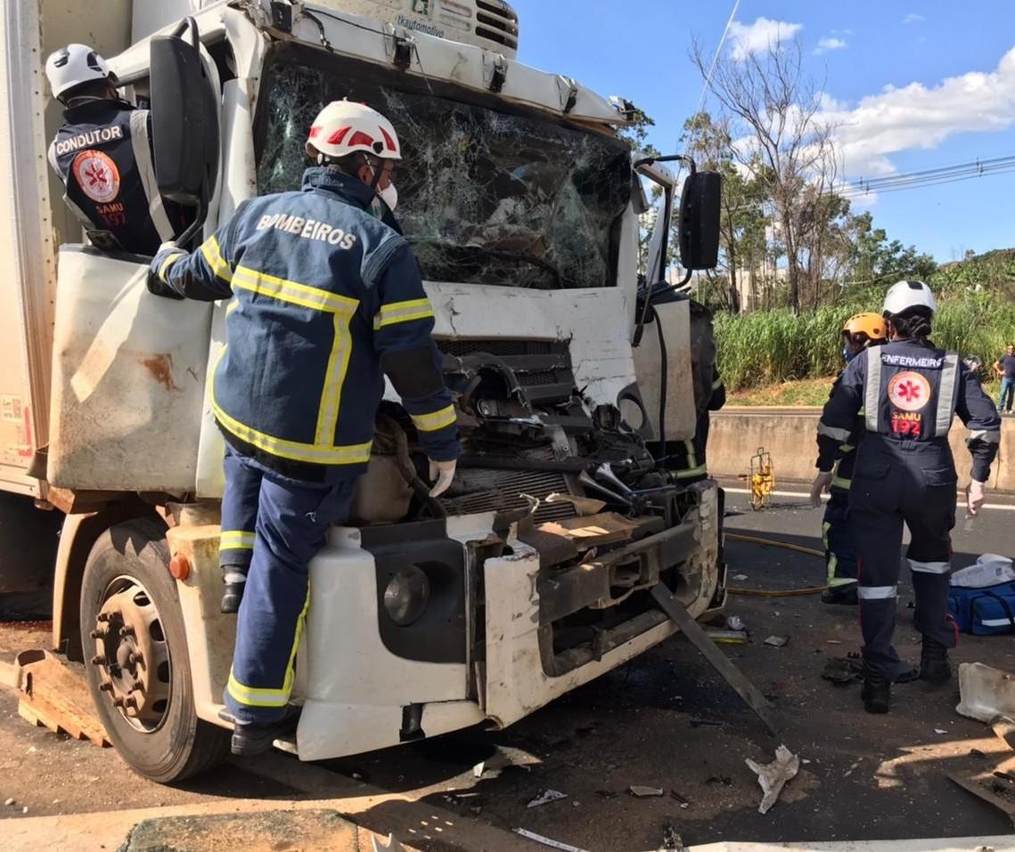 Motorista fica preso às ferragens em acidente na BR-376