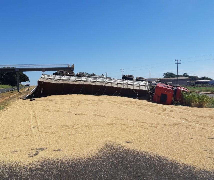 Carreta tomba e espalha soja pela rodovia em Paranavaí