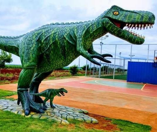 Escultor da região produz dinossauros gigantes no quintal de casa
