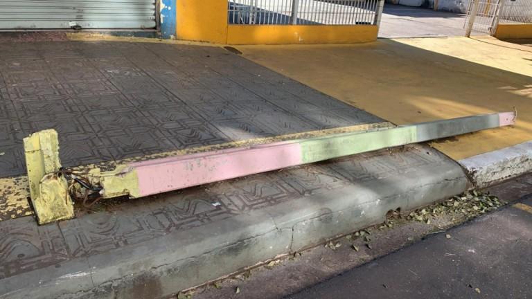 Poste caído em calçada no centro de Maringá tira sossego de pedestres e comerciantes