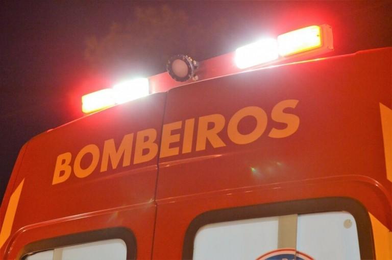 Jovens sofrem ferimentos graves após carro colidir contra mureta na Av. Colombo