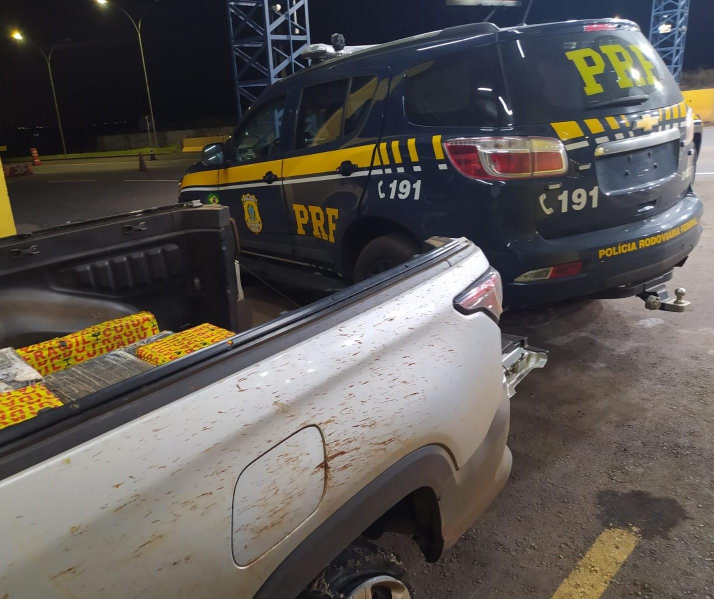Motorista em caminhonete roubada e carregada com drogas tenta atropelar policial rodoviário federal