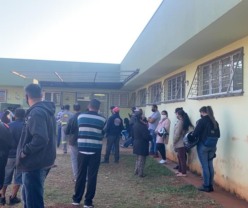 Em Sarandi, população faz fila de madrugada para garantir a senha da vacina