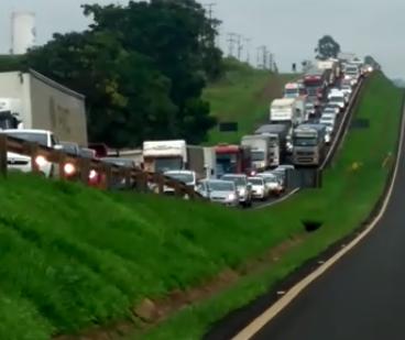 Batida entre carros e motos provoca congestionamento na BR-376