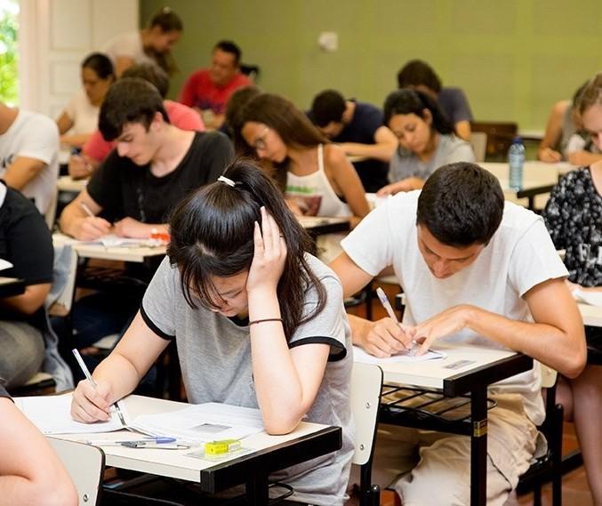 Dois mil alunos se ausentam no primeiro dia do Vestibular da UEM