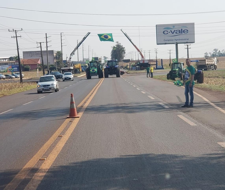 Manifestantes interditam rodovia no oeste e organizam concentrações à tarde em todo o estado