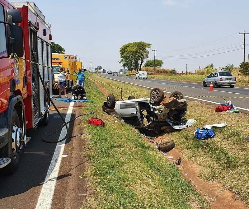 Carro capota na BR-376, em Maringá, e deixa quatro feridos