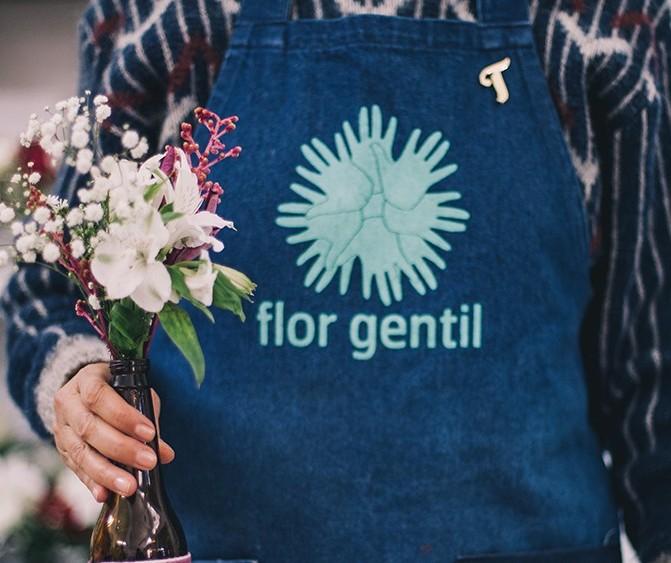 Iniciativa estende vida útil de flores descartadas e distribui para pessoas