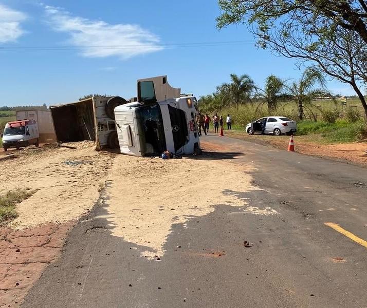 Caminhão carregado com areia tomba e motorista fica ferido na PR-317