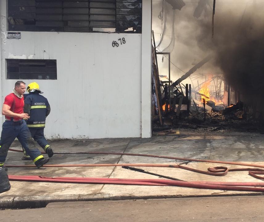 Incêndio atinge loja de decoração de eventos na Av. Brasil, em Maringá