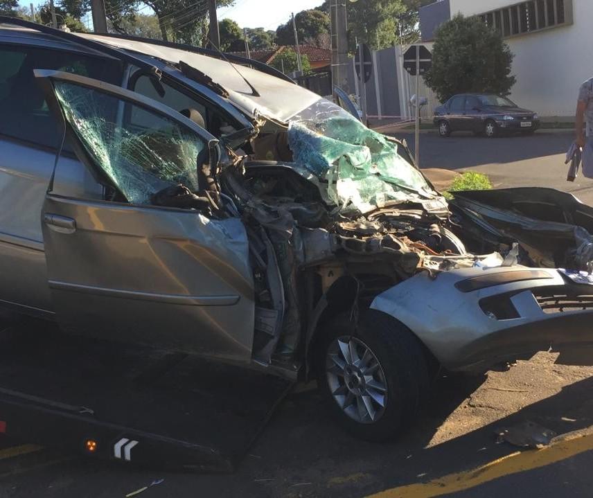 Carro bate em caminhão da Semusp e passageira fica ferida