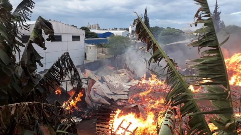 Marcenaria é destruída por incêndio em Maringá