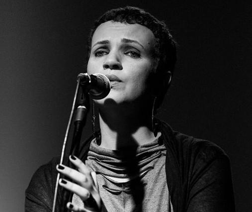 Cantora maringaense homenageia Elis Regina em show