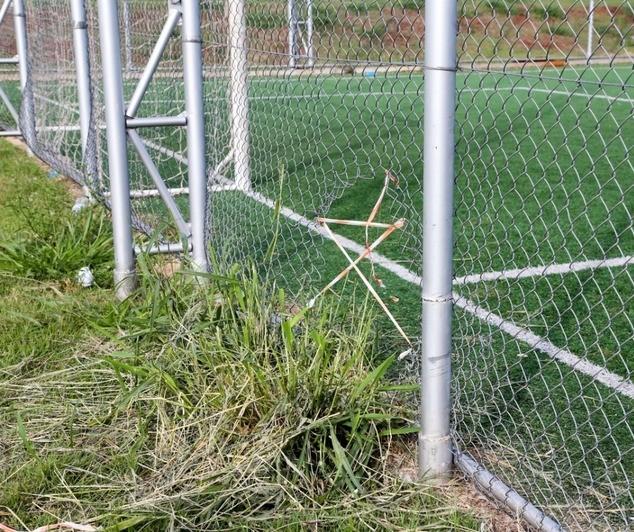 Vândalos destroem grade de campinho fechado para jogar bola em Maringá