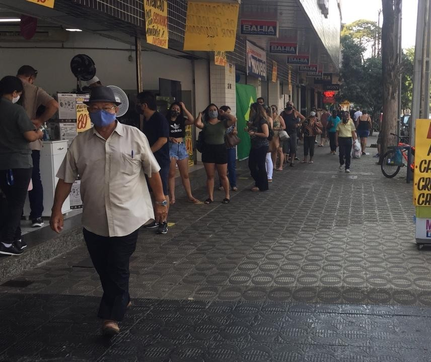 Comércio de rua de Maringá funciona em horário ampliado neste sábado