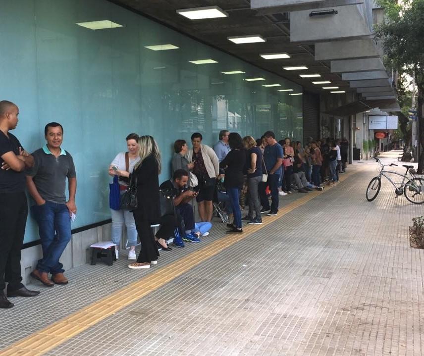 Em dia de matrícula, centenas de pessoas fazem fila em frente ao CAC