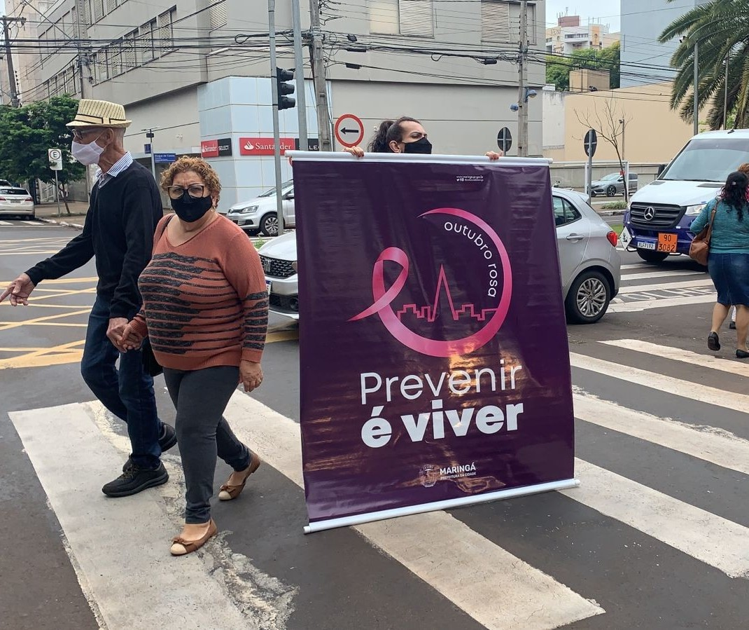 Panfletagem na Avenida Brasil conscientiza sobre o câncer de mama