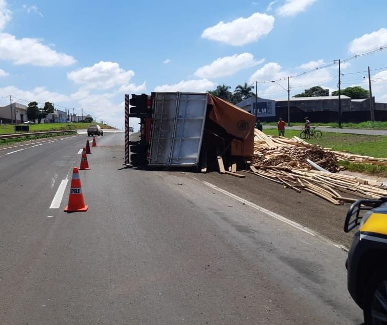 Caminhão com madeira tomba no Contorno Norte