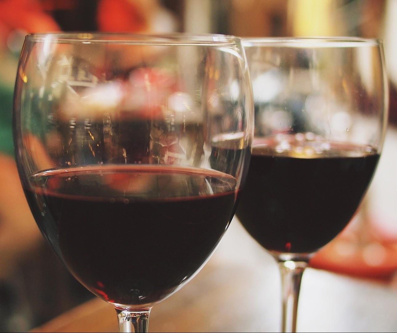 Saborear um vinho envolve visão, olfato, tato e paladar
