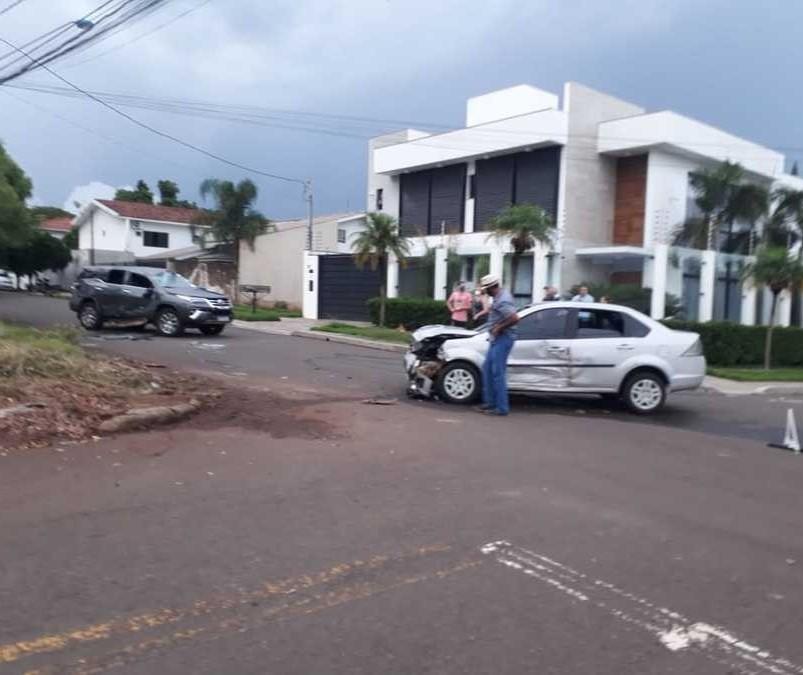 Câmera flagra acidente entre carros que terminou em capotamento, em Maringá