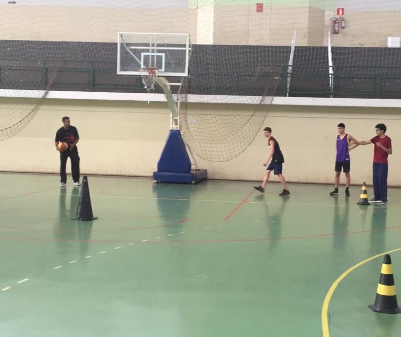 Garotada aproveita as férias para treinar basquete