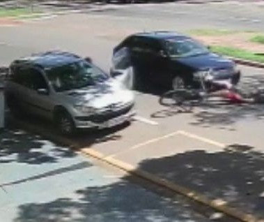Ciclista que bateu em porta de carro e foi atropelado está fora de perigo, diz mãe