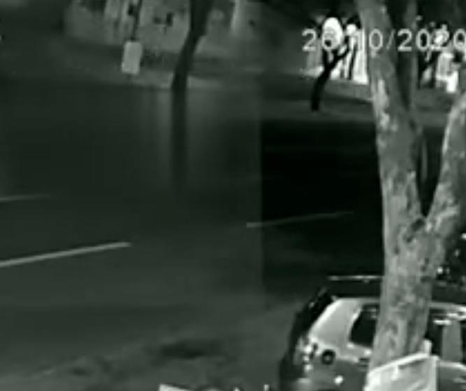 Vídeo mostra capotamento na Av. Colombo; motorista sofreu ferimentos graves