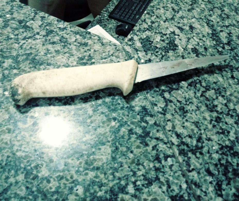 Durante roubo, homem é golpeado no rosto com faca ao tentar recuperar moto