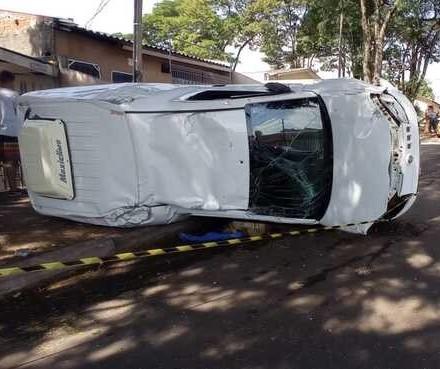 Carro de pet shop tomba em acidente com moto e motociclista fica gravemente ferido