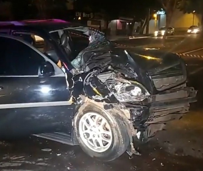 4 pessoas ficam feridas após carro bater em caminhão parado
